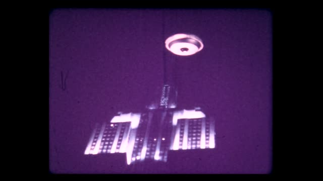 vídeos de stock, filmes e b-roll de 1974 homemade ufo over empire state building - ufo