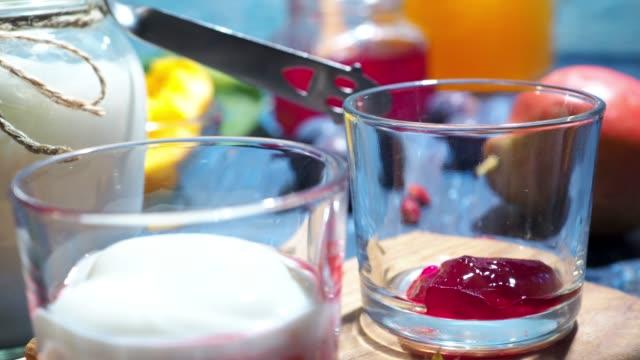 vídeos de stock e filmes b-roll de homemade yogurt - morango