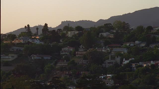 ws homes on slope at dusk / santa barbara, california - mindre än 10 sekunder bildbanksvideor och videomaterial från bakom kulisserna