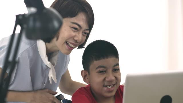 ホームスクーリング : 障害のある少年 - 自閉症点の映像素材/bロール