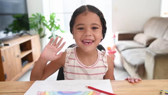 stockvideo's en b-roll-footage met homeschooling - kind dat bij huisbureau studeert - looking at camera