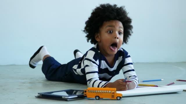 vídeos de stock, filmes e b-roll de conceito de homeschooling por afro-americano etnia menino - mischief
