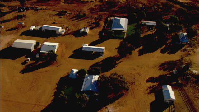 ws zo aerial homestead in australian outback, anna creek, south australia, australia - farmhouse stock videos & royalty-free footage