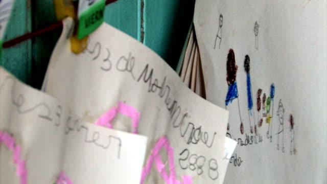 Hausaufgabe Assignments hängt in bereits im Kindergarten mit parlamentarischer Bestuhlung