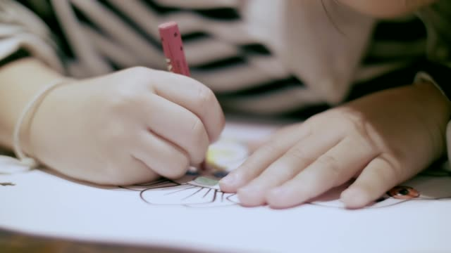 vidéos et rushes de travail à domicile: petite fille (4-5 ans) peinture avec image de crayons de couleur - éléments de décoration intérieure