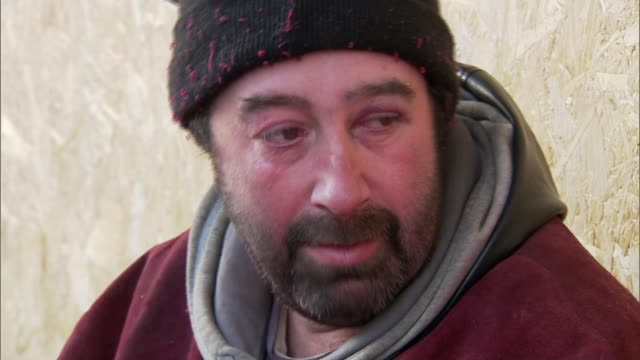 vidéos et rushes de over 500 homeless people in uk have died since last winter; england: northamptonshire: northampton: vince setup shots and interview sot terrance... - northampton