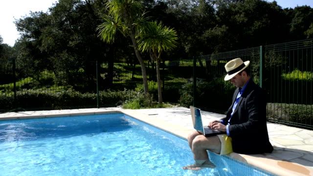 vidéos et rushes de homme qui travail la piscine. - à bord
