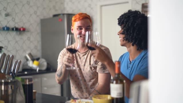 vidéos et rushes de couples homosexuels sur le toast de célébration à la maison - politique et gouvernement