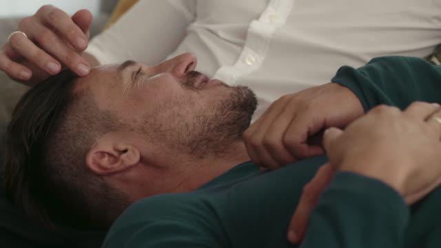 vídeos de stock, filmes e b-roll de pares homossexuais junto no sofá - incentivo