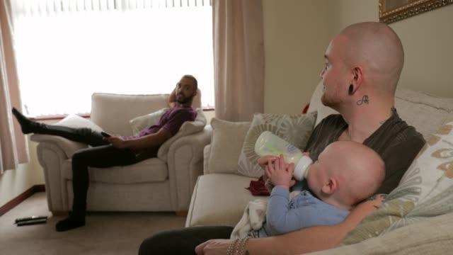 vídeos y material grabado en eventos de stock de chico homosexual alimentación bebé - biparental