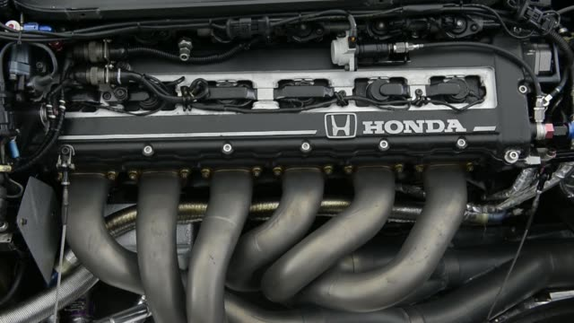 vídeos y material grabado en eventos de stock de honda motor co. formula 1 racing car is displayed at an event at the company's yorii plant in yorii town, saitama prefecture, japan, on thursday,... - formula 1