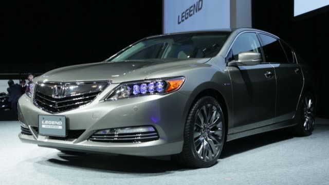 vídeos de stock, filmes e b-roll de a honda motor co legend hybrid sedan stands on display during the vehicles launch event in tokyo japan on monday nov 10 a honda motor co badge sits... - veículo com combustível alternativo