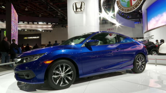 ws honda sign tilt down ws front end of civic / ws north american car of the year sign tilt down ws front end of civic / ws front quarter driver side... - ホンダ点の映像素材/bロール