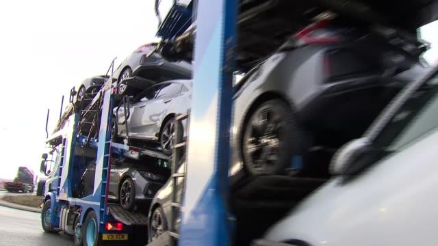 vídeos de stock, filmes e b-roll de honda to close swindon factory and relocate production to japan; uk, wiltshire, swindon; honda factory. england: wiltshire: swindon: ext car along... - carrying