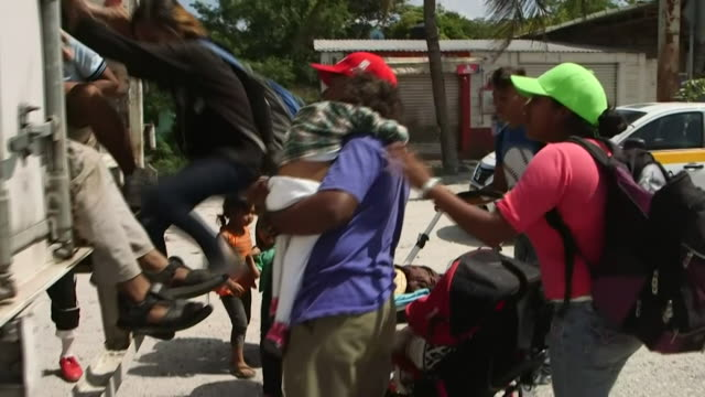 honduran migrant families board a freight lorry bound for mexico city - 中央アメリカ点の映像素材/bロール