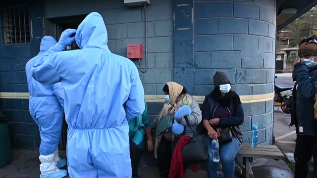 vídeos y material grabado en eventos de stock de honduran sailors and others arriving from neighbouring countries wait outside a police station before local authorities conduct them to a quarantine... - hispanoamérica