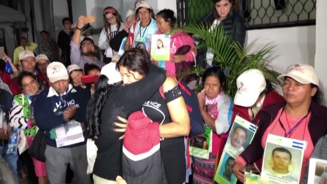 vídeos de stock e filmes b-roll de honduran sisters claudia joaquina and socorro jaqueline valladares meet after 15 years in chiapas mexico during a caravan made up mainly of central... - chiapas