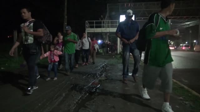 honduras migrant caravan departures from san pedro sula bus station heading to the usa forming a new us bound caravan - america centrale video stock e b–roll