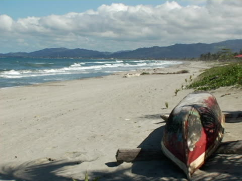ms, honduras, tela, canoe turned upside down on beach - placca di montaggio fissa video stock e b–roll