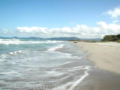 vídeos de stock, filmes e b-roll de ws, honduras, tela, sea waves rolling on beach - movimento perpétuo