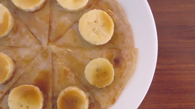 vídeos de stock, filmes e b-roll de mel banana em roti top view - receita