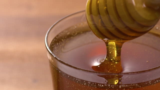 Honig taucht in Zeitlupe