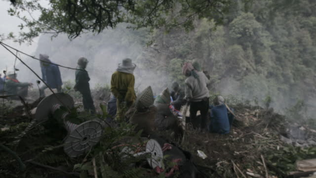 honey farmers at campsite in himalayas - nepal stock-videos und b-roll-filmmaterial