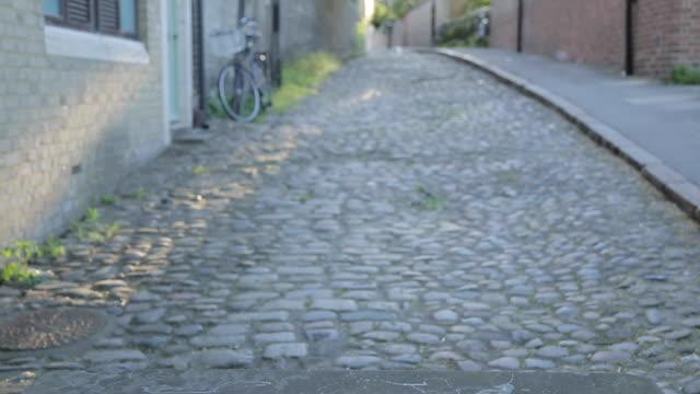 vídeos de stock, filmes e b-roll de honey hill stone, cambridge, cambridgeshire, england, uk, europe - paralelepípedo
