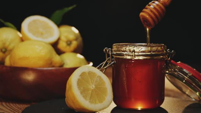 vídeos y material grabado en eventos de stock de limón de miel y jengibre - miel