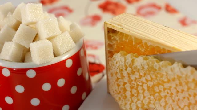 stockvideo's en b-roll-footage met honey refined sugar - suikerpot