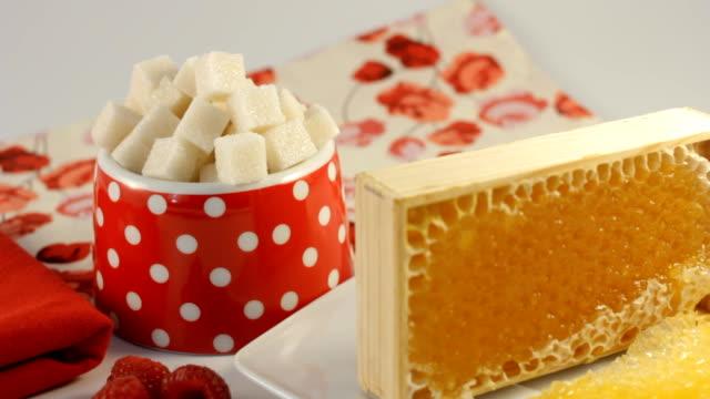 stockvideo's en b-roll-footage met honey sugar and raspberries - suikerpot