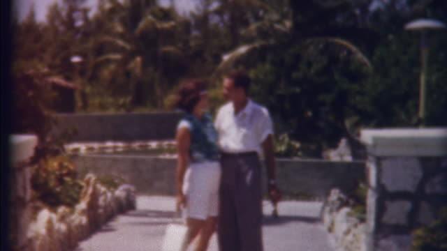 stockvideo's en b-roll-footage met honeymon in paradise 1950's - retro style