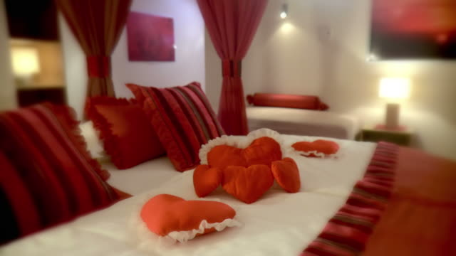 hd :dolly ハネムーンスイート - 片付いた部屋点の映像素材/bロール