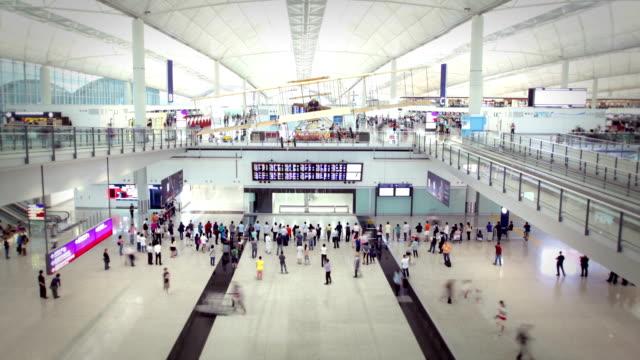 flughafen hongkong - flugpassagier stock-videos und b-roll-filmmaterial