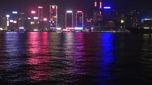 vídeos de stock e filmes b-roll de hong kong bay at night reflections - 50 segundos ou mais