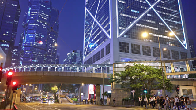 hong kong. business district. financail building. pedestrian. traffic. - torre struttura edile video stock e b–roll