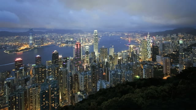t/l ws ha hong kong business district with bank of china tower, 2 international finance centre and victoria harbor, dusk to night / china - bank of china tower hong kong bildbanksvideor och videomaterial från bakom kulisserna