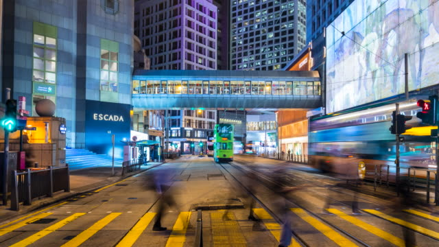 vidéos et rushes de hong kong central cross road at night - central district de hong kong