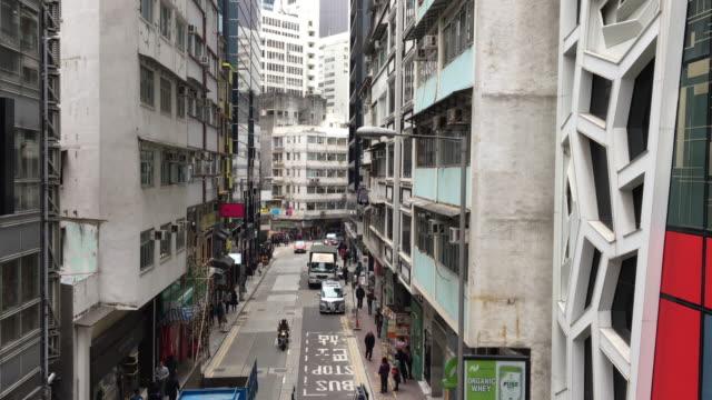 vídeos de stock, filmes e b-roll de hong kong central mid-levels concreto edifício pedestres - ilha de hong kong