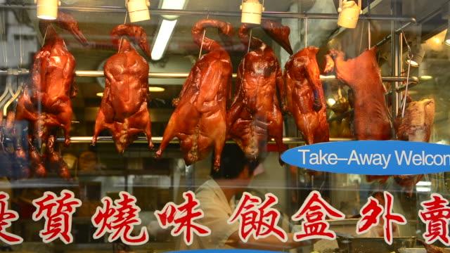 vídeos y material grabado en eventos de stock de hong kong china peking duck hanging in window kowloon woosung street with reflections - pato