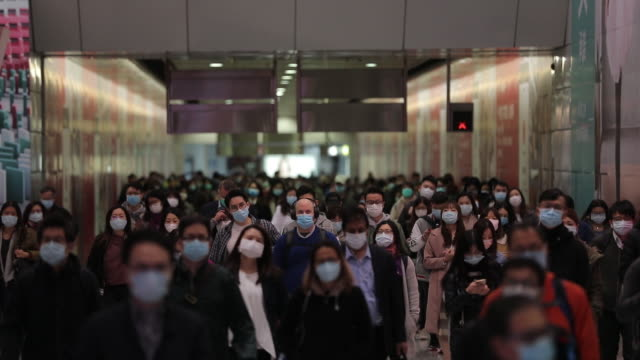 vidéos et rushes de hong kong citizens wear masks to protect themselves against the coronavirus on friday, january 31, 2020. hong kong has announced that it will... - masque de protection