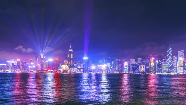 stockvideo's en b-roll-footage met hong kong city laser toon nachts time-lapse - lichtbreking