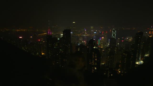 hong kong city skyline at night - panning 個影片檔及 b 捲影像