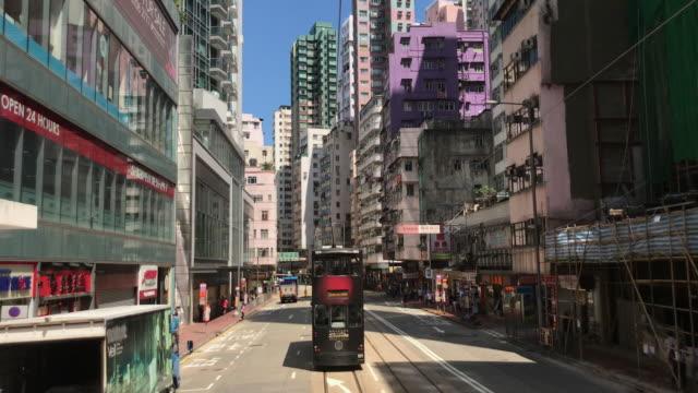 vídeos de stock, filmes e b-roll de arquitectura da cidade de hong kong-bonde na área residencial quieta de sai wan ho - ilha de hong kong