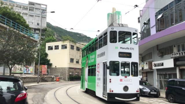香港シティスケープ - シャウケイワンのトラムターニングコーナー - 路面軌道点の映像素材/bロール