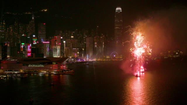 vídeos de stock e filmes b-roll de hong kong fireworks - central plaza hong kong