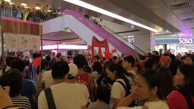 hong kong fue escenario el sabado de altercados en un centro comercial entre manifestantes prodemocracia y partidarios de pekin en una ciudad cada... - centro comercial stock videos & royalty-free footage