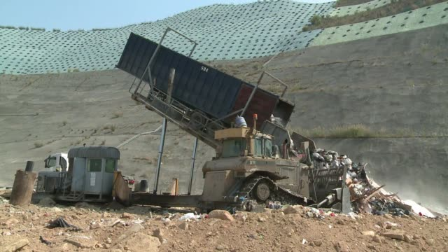 Hong Kong genera 13000 toneladas de basura por dia suficiente para llenar seis piscinas olimpicas VOICED Crisis de basura en Hong Kong on May 10 2013...