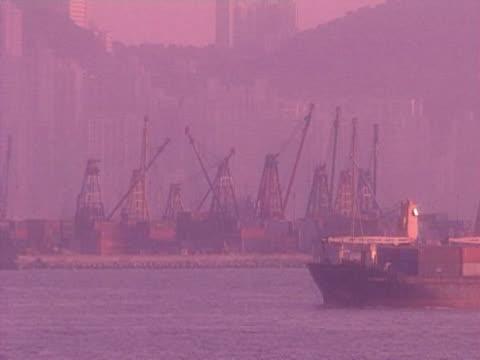 vídeos de stock e filmes b-roll de porto de hong kong - embarcação comercial