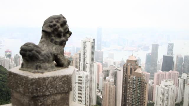 vidéos et rushes de hong kong, hong kong island, skyscrapers of central district viewed from victoria peak - victoria peak